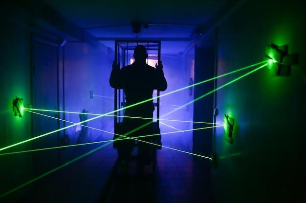 Silueta de carrito de efectos de luz láser de sala oscura