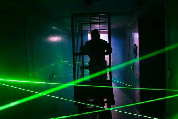 Silueta del carro del cuarto oscuro del efecto luminoso del laser