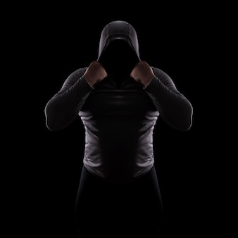 Silueta de club de lucha masculino en capucha sin rostro.