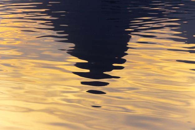 Silueta de la colina dos hermanos reflejados en la laguna rodrigo de freitas.