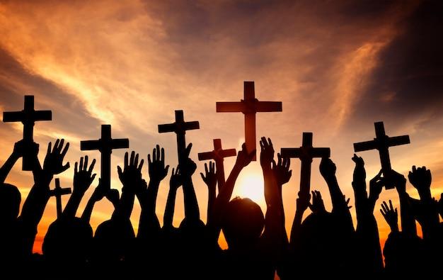 Silueta de cristianos con cruces