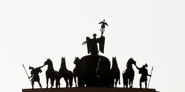 Silueta de esculturas en un arco de triunfo, edificio del estado mayor, plaza del palacio, san petersburgo, rusia