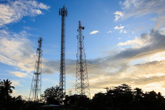 Silueta de la torre de comunicación
