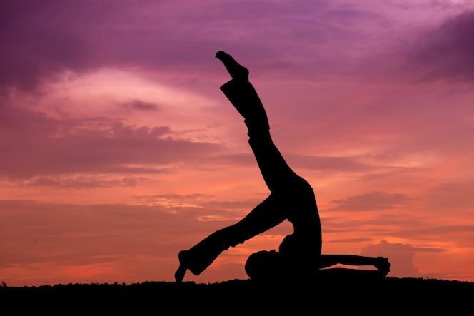 Silueta de una bella mujer de yoga