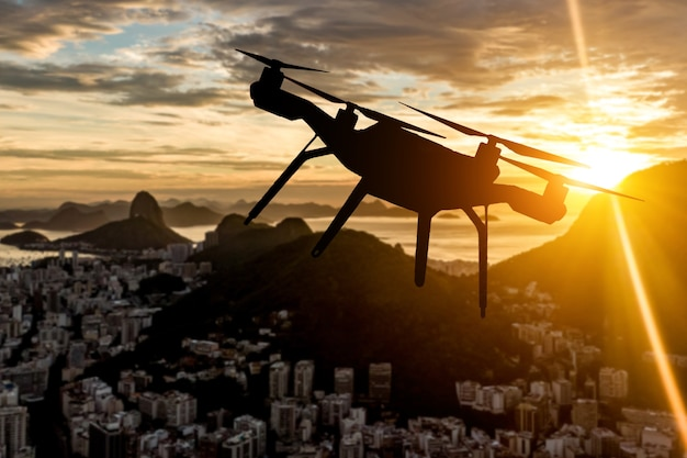 Silueta de drone volando sobre la ciudad de río de janeiro.