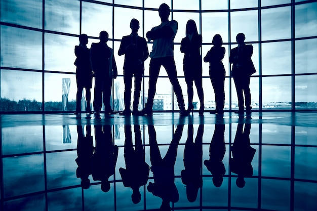 Silueta de ejecutivos comerciales seguros