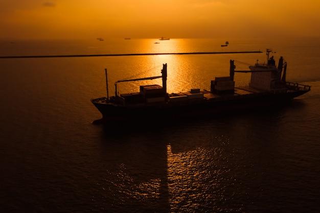 Silueta de envío de contenedores de carga de importación y exportación transporte internacional