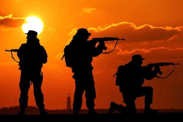 Silueta del equipo de soldados con amanecer