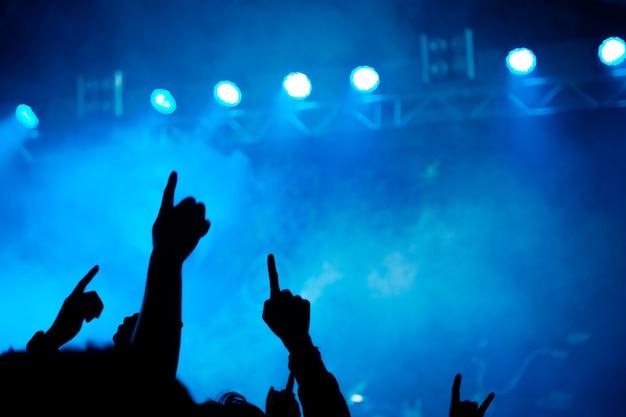 Silueta de fiesta concierto abstracto con luz y humo en el momento feliz