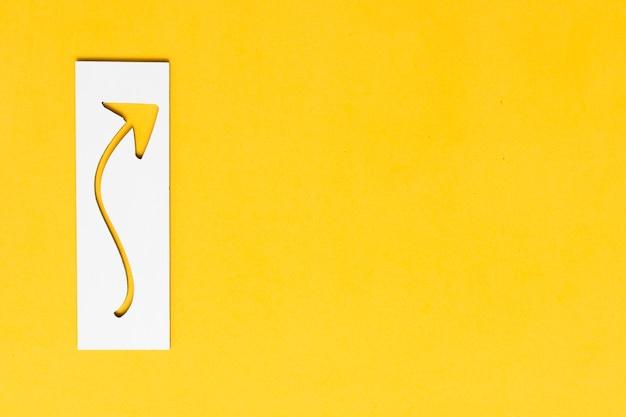 Silueta de flecha curvada en papel y espacio de copia