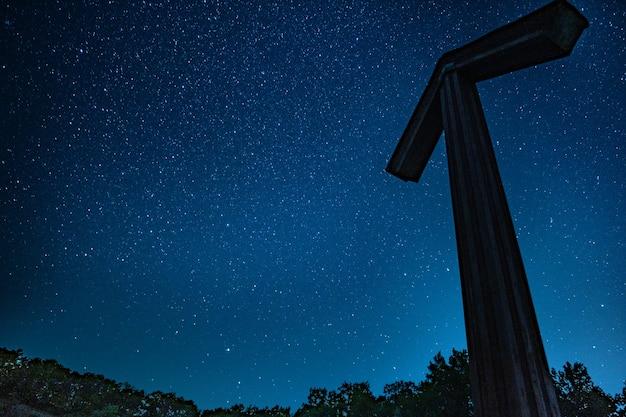 Silueta de flecha bajo las estrellas
