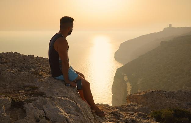 Silueta de hombre barbudo en la hermosa puesta de sol