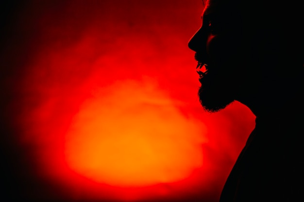 Silueta de hombre espeluznante en rojo