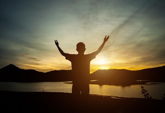 Silueta del hombre feliz. luz natural, luz dorada de la tarde, última luz.