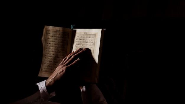 Silueta de hombre leyendo en corán