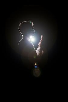 Silueta de hombre musulmán rezando