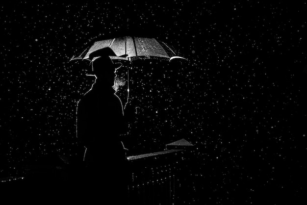 Silueta de un hombre con un sombrero bajo un paraguas por la noche bajo la lluvia en la ciudad en el antiguo estilo crimen noir