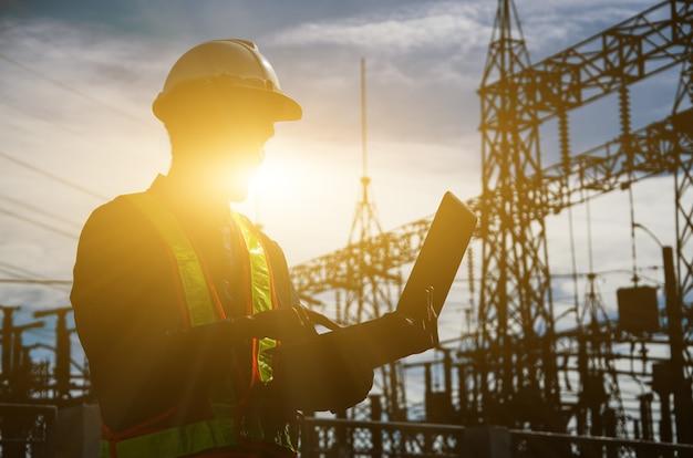 Silueta de ingeniero de trabajo en el sitio de construcción