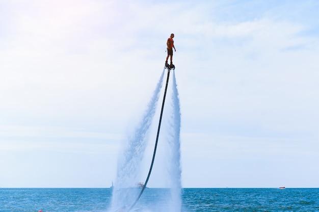 Silueta de un jinete de fly board en el mar