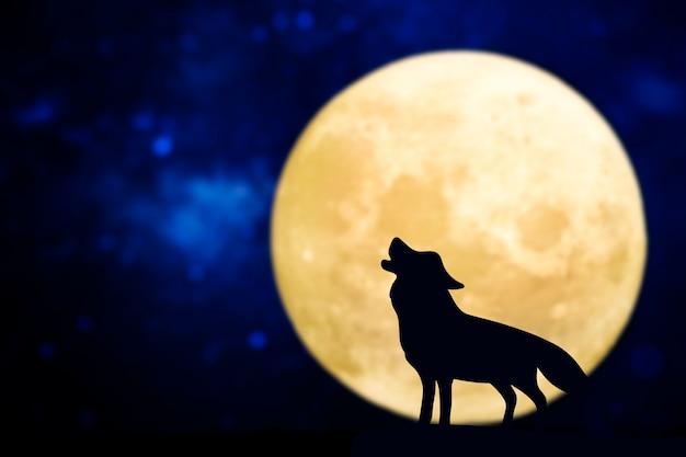 Silueta de lobo aullando sobre una luna llena