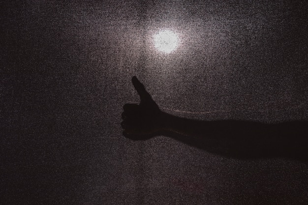 Silueta de la mano gesticulando pulgar arriba