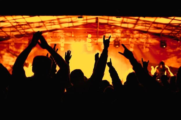 Silueta, de, manos, vítores, multitud, en, concierto