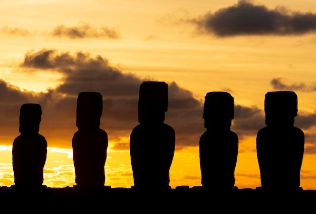 Silueta moai al amanecer en ahu tongariki en isla de pascua, rapa nui.
