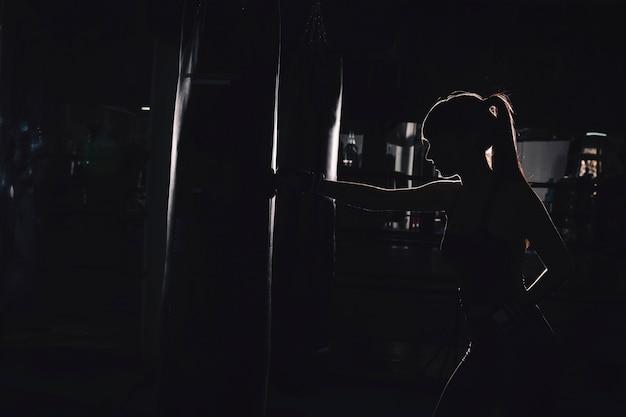 Silueta de mujer boxeando