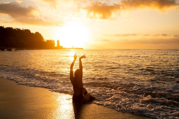 Silueta, de, mujer, posar, por la playa