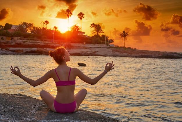 Silueta de niña en la playa brazos abiertos relajados
