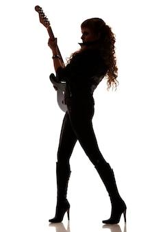 Silueta de niña sobre fondo blanco con guitarra en mano, girar hacia los lados, foto de cuerpo entero