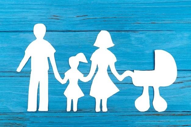 Silueta de papel de familia con carro de bebé