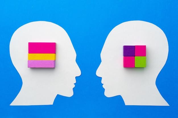 Silueta de papercut de cabeza humana con coloridas piezas de constructor