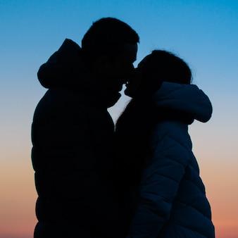 Silueta de una pareja amorosa en el parque