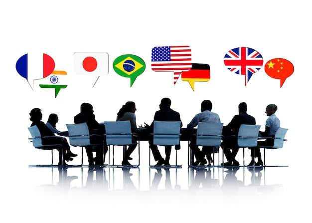 Silueta de personas en una reunión hablando de diferentes países