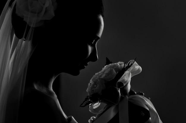 Silueta del ramo de novia de una novia olfateando