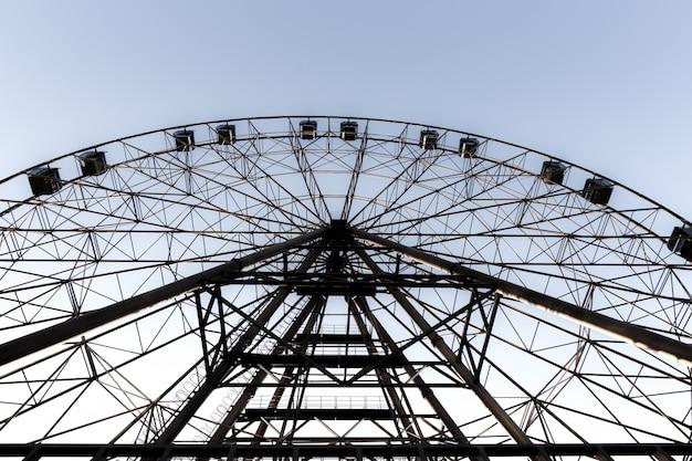 Silueta de la rueda de la fortuna en el fondo del cielo azul