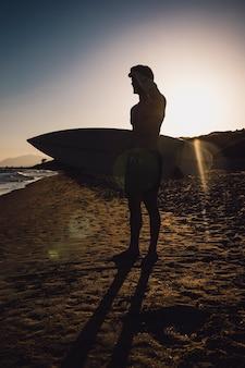 Silueta de un surfero