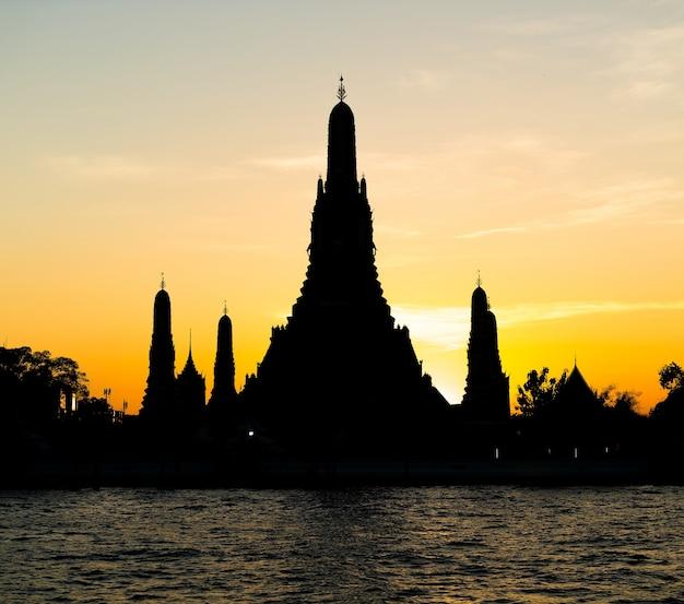 Silueta del templo de wat arun en bangkok
