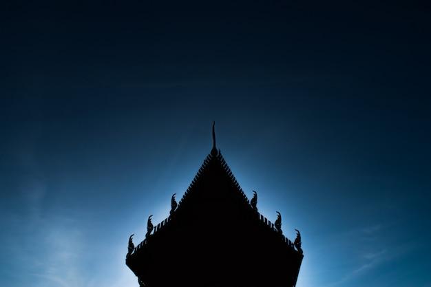 Silueta de templos tailandeses en el fondo de cielo azul