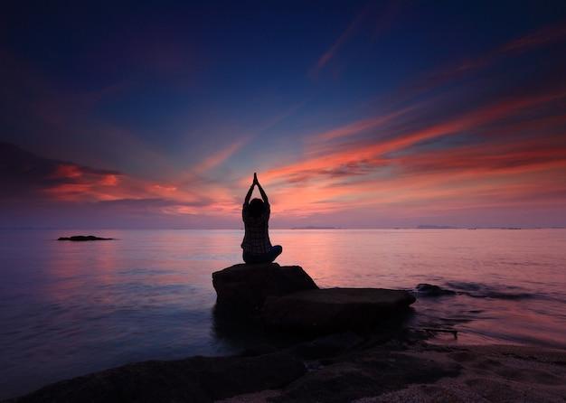 Silueta, yoga, niña, por la playa, ocaso