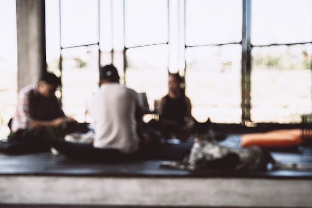 Siluetas borrosas de personas sentadas en la cafetería. reunión de negocios