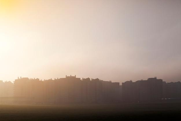 Siluetas de edificios de gran altura en la temporada de la mañana, una espesa niebla oculta el edificio, solo se ven siluetas.
