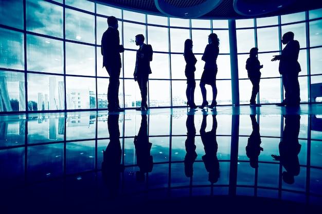 Siluetas de ejecutivos interactuando