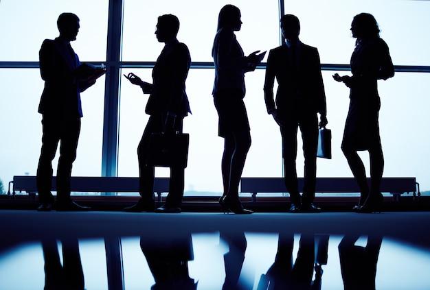 Siluetas de ejecutivos en el vestíbulo