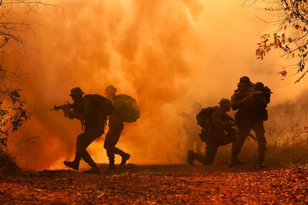 Siluetas militares en el campo de batalla.