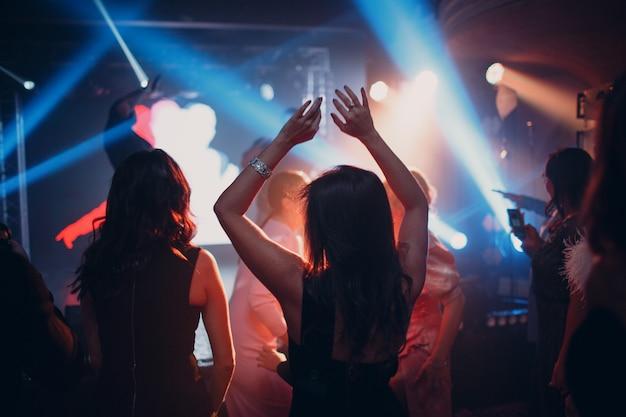 Siluetas de una multitud en el espectáculo en la celebración del club nocturno