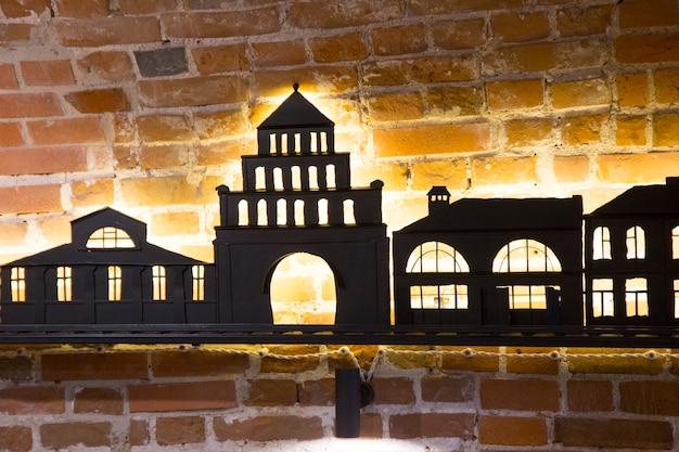 Siluetas negras de casas con iluminación