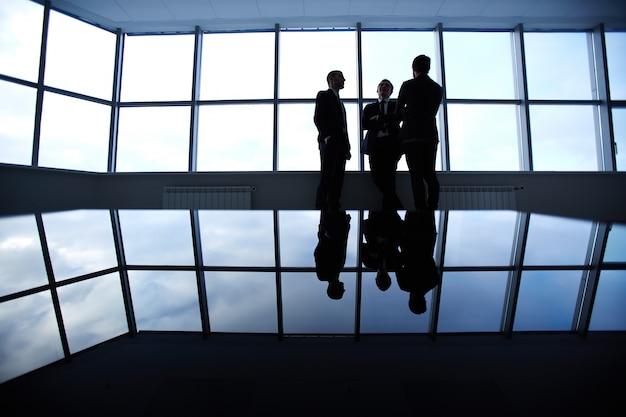 Siluetas de personas de negocio trabajando juntas