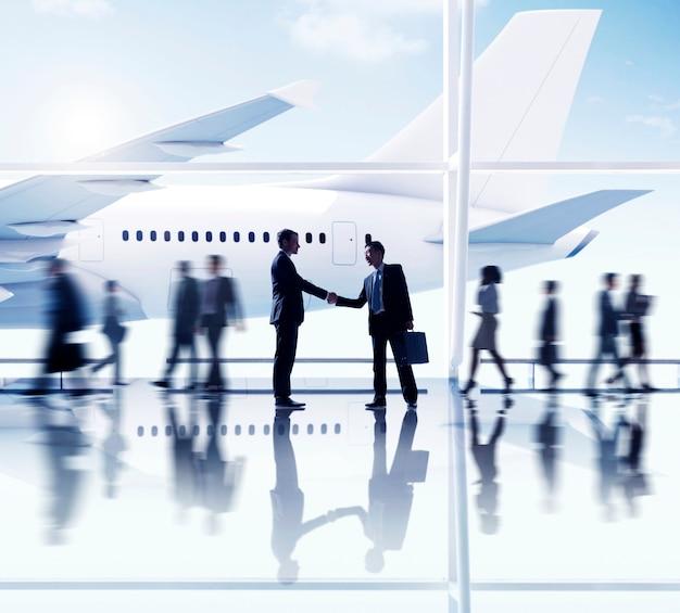 Siluetas de personas de negocios en el aeropuerto.